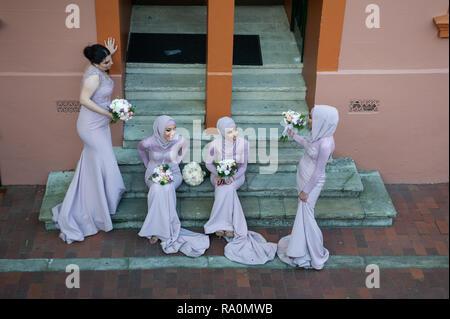 16.09.2018, Sydney, New South Wales, Australien - Eine Gruppe muslimischer Brautjungfern sitzt auf den Stufen eines Gebaeudes im Stadtviertel The Rock - Stock Photo