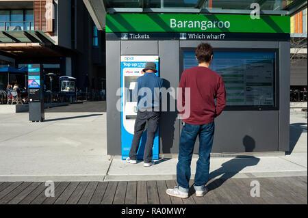 16.09.2018, Sydney, New South Wales, Australien - Ein Mann kauft auf der Uferpromenade am Wulugul Walk in Barangaroo South einen Fahrschein fuer die F - Stock Photo