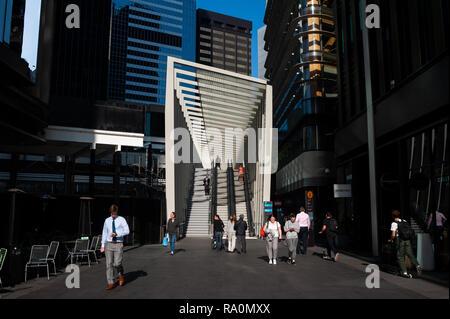 17.09.2018, Sydney, New South Wales, Australien - Menschenen gehen in einer Fussgaengerzone im Geschaeftsviertel in Barangaroo South zwischen modernen - Stock Photo