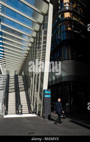 17.09.2018, Sydney, New South Wales, Australien - Ein Geschaeftsmann geht in einer Fussgaengerzone im Geschaeftsviertel in Barangaroo South zwischen m - Stock Photo