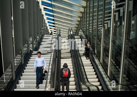 17.09.2018, Sydney, New South Wales, Australien - Menschen stehen im Geschaeftsviertel in Barangaroo South auf einer Rolltreppe, die zur ueberdachten  - Stock Photo