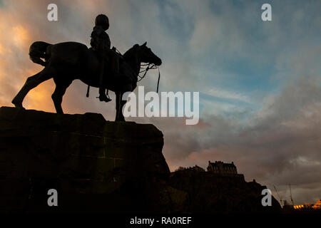 A dramatic picture of the Royal Scots Greys Monument in Edinburgh at dawn - Stock Photo