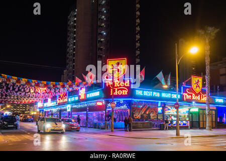 The Red Lion Pub in the New Town, Benidorm, Alicante Province, Spain lit up at night. - Stock Photo