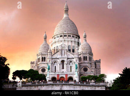 """Paris, France. 22nd Dec, 2018. View at dusk of the exterior of Basilica of the Sacred Heart of Paris, more commonly known as Sacré-CÅ""""ur, in Montmartre, Paris. Credit: Keith Mayhew/SOPA Images/ZUMA Wire/Alamy Live News - Stock Photo"""