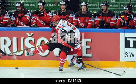 Prague, Czech Republic. 14th May, 2015. Der Eishockey-WM 2015, am 14 Mai 2015, im Prag, Tschechien. Das Viertelfinale, Kanada gegen Weißrussland, 9:0. Claude Giroux aus Kanada (28), Nikolai Stasenko aus Weißrussland (5). *** Local Caption *** Claude Giroux of Canada (28) and Nikolai Stasenko of Belarus (5) during the 2015 IIHF Ice Hockey World Championship guarter final match between Canada vs Belarus at the O2 arena in Prag, Czech Republic, May 14, 2015. Credit: Slavek Ruta/ZUMA Wire/Alamy Live News - Stock Photo