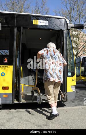 20.04.2018, Brandenburg, Teltow, Deutschland, Seniorin steigt mit Rollator in einen Bus der BVG ein. 00S180420D077CARO.JPG [MODEL RELEASE: NO, PROPERT - Stock Photo