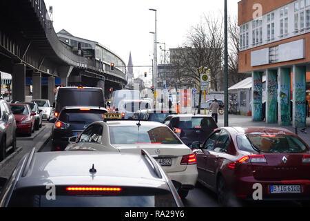 26.02.2018, Berlin, Berlin, Deutschland, Autos stehen in der Skalitzer Strasse an einer roten Ampel. 00S180226D134CARO.JPG [MODEL RELEASE: NOT APPLICA - Stock Photo