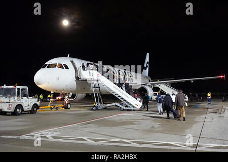 04.12.2017, Berlin, Berlin, Deutschland, Flugpassagiere steigen am Flughafen Berlin-Tegel in eine Maschine der Finnair ein. 00S171204D026CARO.JPG [MOD - Stock Photo