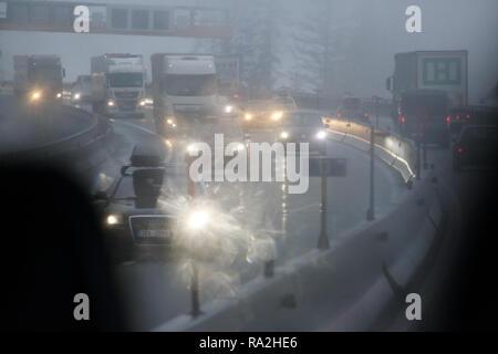 10.02.2018, Tirol, Endach, Oesterreich, Symbolfoto, schlechte Sicht im Strassenverkehr bei Nebel. 00S180210D002CARO.JPG [MODEL RELEASE: NOT APPLICABLE - Stock Photo