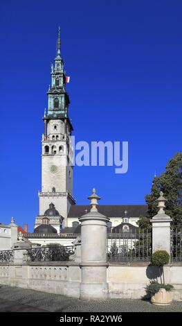 Polska - Czestochowa - Jasna Gora - klasztor OO Paulinow na Jasnej Gorze - plac i brama wejsciowa do klasztoru Poland - Czestochowa - Jasna Gora - Jasna Gora Pauline Monastery - main entry gate and sq - Stock Photo