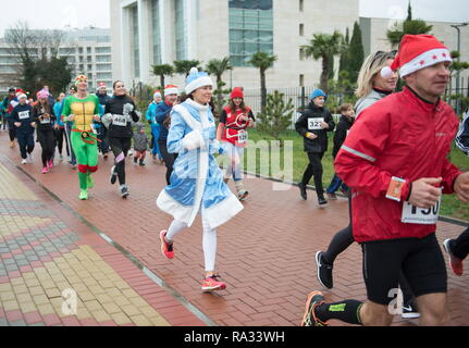 Sochi, Russia. 31st Dec, 2018. SOCHI, RUSSIA - DECEMBER 31, 2018: People take part in a mass run in Imeretinskaya Embankment on New Year's Eve. Artur Lebedev/TASS Credit: ITAR-TASS News Agency/Alamy Live News - Stock Photo