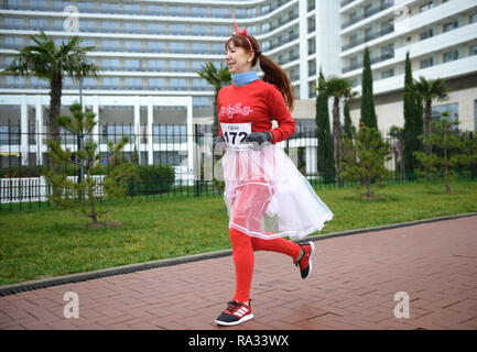 Sochi, Russia. 31st Dec, 2018. SOCHI, RUSSIA - DECEMBER 31, 2018: A woman takes part in a mass run in Imeretinskaya Embankment on New Year's Eve. Artur Lebedev/TASS Credit: ITAR-TASS News Agency/Alamy Live News - Stock Photo