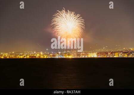 Thessaloniki, Greece. 1st Jan 2019. New Years Eve January 01 2019 fireworks at Thessaloniki, Greece.Part of the celebrations for the coming of new year 2019 with pyrotechnics at Aristotelous square area seen from the city waterfront. Credit: bestravelvideo/Alamy Live News - Stock Photo