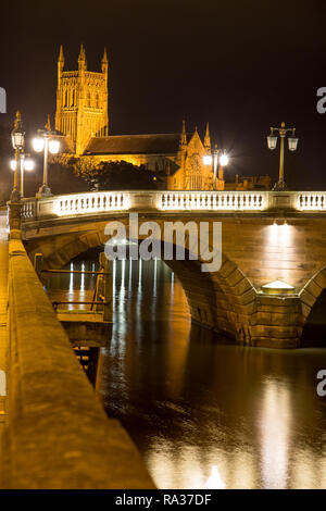 Worcester, UK. 31st December, 2018. UK weather: on a dry evening with light cloud, a gentle breeze and overnight temperatures of between 7 and 8 degrees celsius, the folk of Worcester experience a calm and peaceful start to 2019. Credit: Lee Hudson/Alamy Live News - Stock Photo