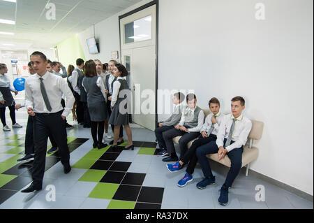 Tambov, Tambov region, Russia. 31st Dec, 2018. Students during the break in the school corridor Credit: Demian Stringer/ZUMA Wire/Alamy Live News - Stock Photo