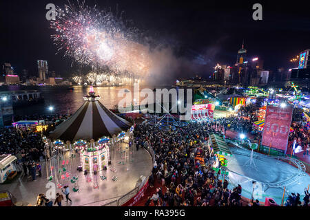 Hong Kong, Hong Kong SAR, China. 1st Jan, 2019. AIA Carnival at the Central Harbourfornt. Fireworks welcome in 2019 on Victoria harbour by the AIA Carnival Credit: Jayne Russell/ZUMA Wire/Alamy Live News - Stock Photo