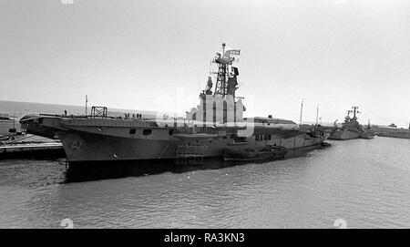 1979 - A port bow view of the Argentine aircraft carrier VEINTICINO DE MAYO (V-2) in port during exercise Unitas XX. - Stock Photo