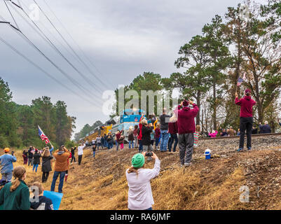 George H W Bush Union Pacific 4141 funeral with crowd celebrating as train came to Hardin Store Road railroad crossing in Magnolia (near Tomball) Texa - Stock Photo