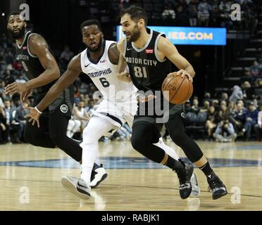Memphis, United States. 02nd Jan, 2019. CORRECTS PLAYERS - Memphis Grizzlies guard Shelvin Mack (L) defends Detroit Pistons guard Jose Calderon, of Spain, (R) at FedExForum in Memphis, Tennessee, USA, 2 January 2019. Credit: Mike Brown/EFE/Alamy Live News - Stock Photo