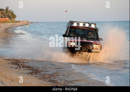 Landrover Discovery I off road in Black Sea in Kovleve, Ukraine. September 28th 2008 © Wojciech Strozyk / Alamy Stock Photo - Stock Photo