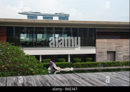 20.12.2018, Singapore, Republic of Singapore, Asia - A worker is tidying up the rooftop terrace at the National Gallery Singapore. - Stock Photo