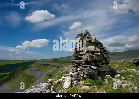 Cairn on Capplre Bank with Moughton Scar in the background. The Yorkshire Dales - Stock Photo