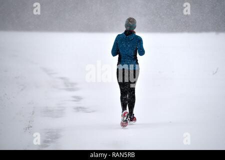 Munich Riem, Deutschland. 05th Jan, 2019. A jogger, Laueferin runs on snowy paths, Continuing snowfall on 05.01.2019, ensure snow chaos, traffic chaos, winter in Bavaria.   usage worldwide Credit: dpa/Alamy Live News Credit: dpa picture alliance/Alamy Live News