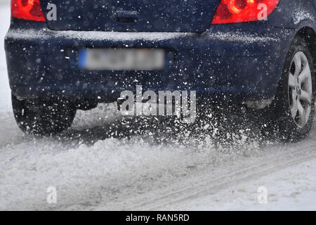 Munich Riem, Deutschland. 05th Jan, 2019. Car, car, driving on a snowy .Strasse, car traffic, road traffic, Continuing snowfall on 05.01.2019, ensure snow chaos, traffic chaos, winter in Bavaria.   usage worldwide Credit: dpa/Alamy Live News Credit: dpa picture alliance/Alamy Live News
