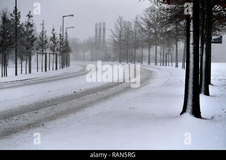 Munich Riem, Deutschland. 05th Jan, 2019. empty snow covered road, snowy, car traffic, road traffic, continuing snowfall on 05.01.2019, provide for snow chaos, traffic chaos, winter in Bavaria.   usage worldwide Credit: dpa/Alamy Live News Credit: dpa picture alliance/Alamy Live News