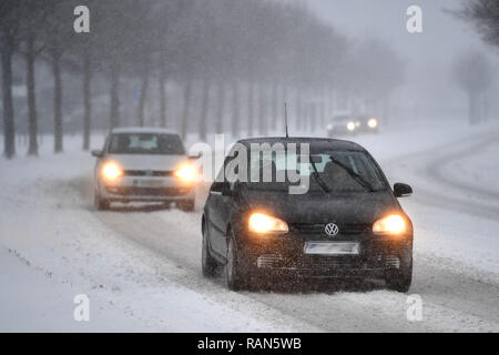 Munich Riem, Deutschland. 05th Jan, 2019. Cars, cars, PKSWs driving on a snowy .Strasse, car traffic, road traffic, continued snowfall on 05.01.2019, ensure snow chaos, traffic chaos, winter in Bavaria.   usage worldwide Credit: dpa/Alamy Live News Credit: dpa picture alliance/Alamy Live News