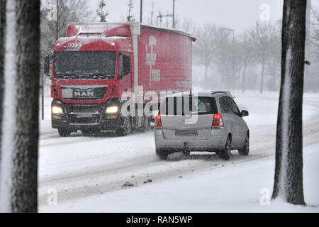 Munich Riem, Deutschland. 05th Jan, 2019. Cars, cars, PKSWs, trucks driving on a snowy .Strasse, car traffic, road traffic, continued snowfall on 05.01.2019, ensure snow chaos, traffic chaos, winter in Bavaria.   usage worldwide Credit: dpa/Alamy Live News Credit: dpa picture alliance/Alamy Live News