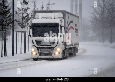 Munich Riem, Deutschland. 05th Jan, 2019. A truck, truck driving on a snowy .Strasse, car traffic, road traffic, Continuing snowfall on 05.01.2019, ensure snow chaos, traffic chaos, winter in Bavaria.   usage worldwide Credit: dpa/Alamy Live News Credit: dpa picture alliance/Alamy Live News