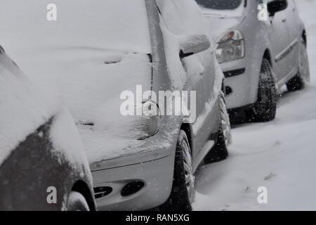 Munich Riem, Deutschland. 05th Jan, 2019. Weather feature-snowy cars, cars are on the roadside in a housing estate, Continuing snowfall on 05.01.2019, provide for snow chaos, traffic chaos, winter in Bavaria.   usage worldwide Credit: dpa/Alamy Live News Credit: dpa picture alliance/Alamy Live News