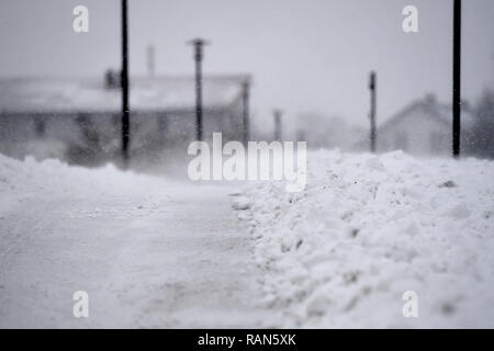 Munich Riem, Deutschland. 05th Jan, 2019. Snow drifts, snow-covered bike lane that has been recently cleared. Continuing snowfall on 05.01.2019, bring snow chaos, traffic chaos, winter in Bavaria.   usage worldwide Credit: dpa/Alamy Live News Credit: dpa picture alliance/Alamy Live News