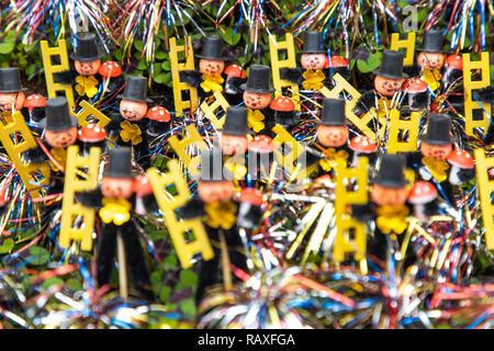 Neujährchen, Glücksbringer zum Jahresbeginn, Schornsteinfeger Figuren mit Glücksklee Pflanze, - Stock Photo
