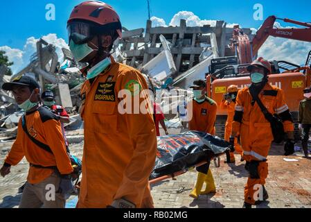 Beijing, Indonesia. 1st Oct, 2018. Rescuers transfer the body of an earthquake victim at a collapsed hotel in Palu, Central Sulawesi, Indonesia, on Oct. 1, 2018. Credit: Iqbal Lubis/Xinhua/Alamy Live News - Stock Photo