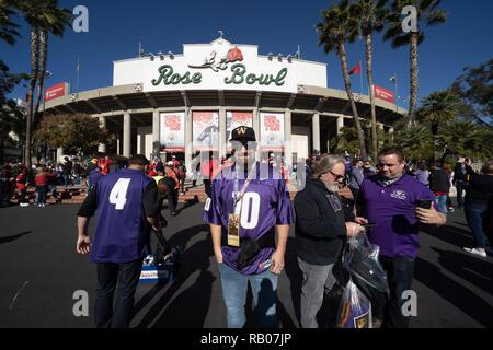 Pasadena CA. 01st Jan, 2019. Washington fan pose before the Washington Huskies vs Ohio State Buckeyes at the Rose Bowl in Pasadena, Ca. on January 01, 2019 (Photo by Jevone Moore) Credit: csm/Alamy Live News - Stock Photo