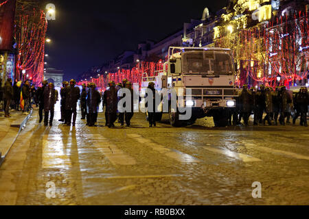 Paris, France. 5th Jan, 2019. Demonstration of yellow vests, they face the riot police on January 5, 2019 at the Champs-Élysées in Paris, France. Credit: Bernard Menigault/Alamy Live News - Stock Photo
