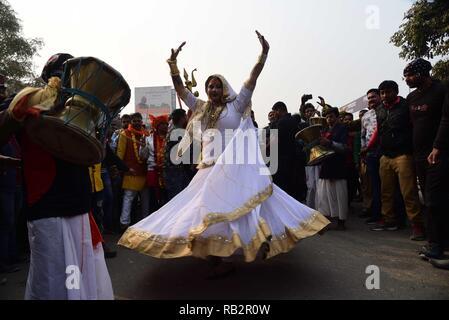 Allahabad, Uttar Pradesh, India. 6th Jan, 2019. Allahabad: Eunuch dance as Transgender rights activist and Kinnar Akhada chief Achraya Mahamandaleshwar Laxmi Narayan Tripathi and other Kinnar community people takes part in 'Devavrat Yatra' during 'Peshwai' ceremony (Royal entry) for the Kumbh Mela 2019, in Allahabad, Sunday, Jan. 06, 2019. Credit: Prabhat Kumar Verma/ZUMA Wire/Alamy Live News - Stock Photo