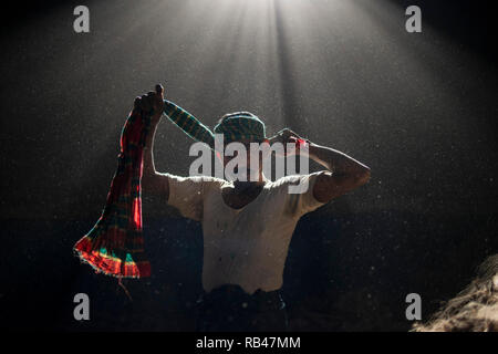 Narayanganj, Bangladesh. 6th Jan 2019. Gulzar Hossain a jute mill worker, seen putting his towel upon his head at the mill plant. Bangladesh is known for its Jute. In recent years Bangladesh and many other countries considered jute as a new possibility to replace many daily goods, notably making bags out of jute to replace plastics. Credit: SOPA Images Limited/Alamy Live News - Stock Photo