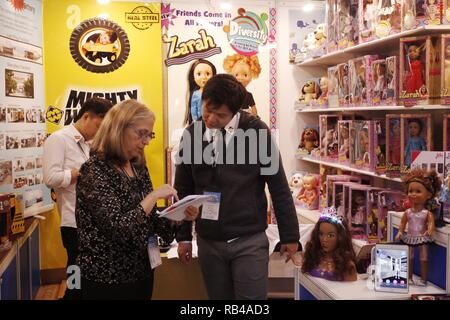 Hong Kong, CHINA. 7th Jan, 2019. Foreign buyer negotiate business with the manufacturer inside the booth at the 45th HK Toys & Games Fair. Jan-7, 2019 Hong Kong.ZUMA/Liau Chung-ren Credit: Liau Chung-ren/ZUMA Wire/Alamy Live News - Stock Photo