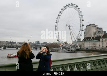 Coca Cola London Eye. London, UK 7 Jan 2018 - Tourists on Westminster Bridge as the Coca Cola London Eye is closed for it's annual maintenance refurbishment. The popular tourist attraction is 135m/443ft high and there are 32 capsules attached to the wheel will re-open on 23rd January 2019. The London Eye is Europe's tallest cantilevered observation wheel and over 3.75 million visitors visits the London Eye annually.  Credit: Dinendra Haria/Alamy Live News - Stock Photo