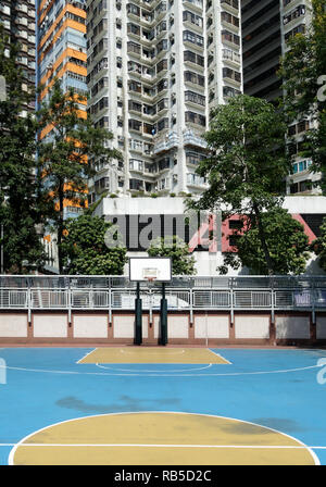 Basketball in Hong Kong in einem Hinterhof in blau und gelben farben - Stock Photo