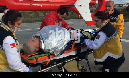 Ankara. 7th Jan, 2019. Rescuers transfer an injured crew member by helicopter after a ship-sinking accident in Samsun province, Turkey, on Jan. 7, 2019. A Panamanian-flagged ship on Monday sank in the Black Sea off Turkey's northern province of Samsun, killing six crew members, state-run agency Anadolu reported. Credit: Xinhua/Alamy Live News - Stock Photo
