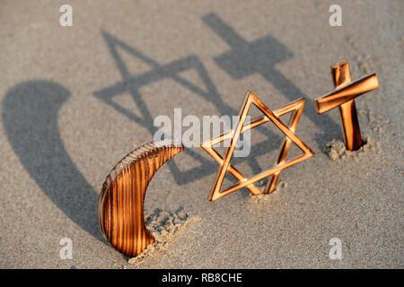 Symboles interreligieux. Christianity, Islam, Judaism 3 monotheistic religions. Jewish Star, Cross and Crescent : Interreligious symbols. - Stock Photo