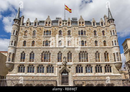 Front view of the Casa de los Botines building in Leon, Spain, designed by Gaudi - Stock Photo