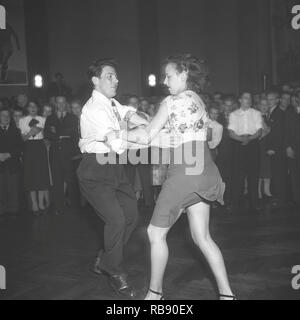 Jitterbug dance. A dance popularized in the United states and spread by American soldiers and sailors around the world during the Second world war. Pictured here a young couple when dancing the Jitterbug dance 1948 during a competition dance event. Photo: Kristoffersson ref AM60-4 - Stock Photo