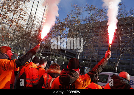 Madrid, Spain. 8th Jan, 2019. Concentration convened by Alcoa workers in Madrid, to demand measures from the Government that prevent the definitive closure of the factories. The concentration took place in front of the Ministry of Industry, Commerce and Tourism, on Jan 8, 2019 in Madrid, Spain Credit: Jesus Hellin/ZUMA Wire/Alamy Live News - Stock Photo