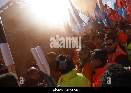 Madrid, Spain. 8th Jan, 2019. Concentration convened by Alcoa workers in Madrid, to demand measures from the Government that prevent the definitive closure of the factories. The concentration took place in front of the Ministry of Industry, Commerce and Tourism. Credit: Jesus Hellin/ZUMA Wire/Alamy Live News - Stock Photo