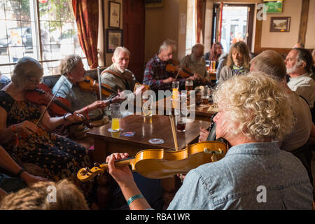 Musicians playing violins in the Wheatsheaf pub during Shrewsbury Folk Festival, Shropshire, England, UK - Stock Photo
